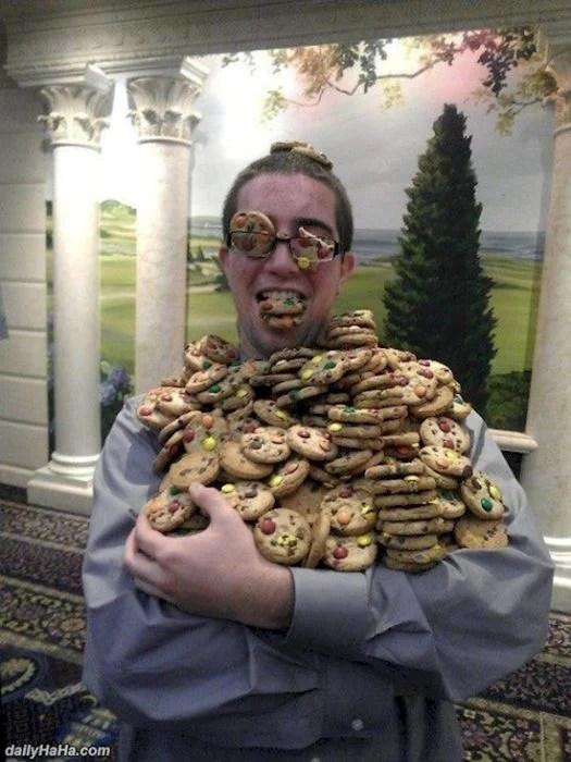 Imágenes incomprensibles - hombre con muchísimas galletas