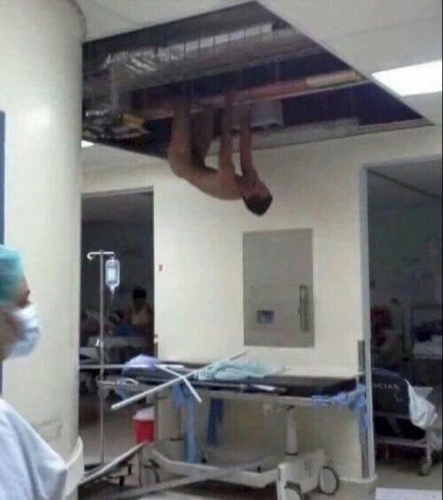Imágenes incomprensibles - hombre desnudo en el techo de un hospital