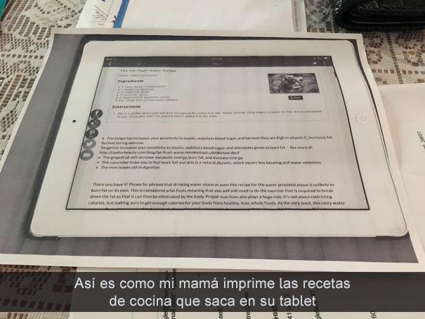 mamá imprime recetas de su tablet
