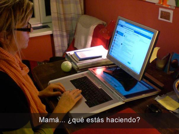 Mamá utilizando la computadora muy extraño