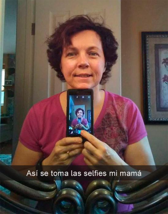Mamá selfie frente al espéculo
