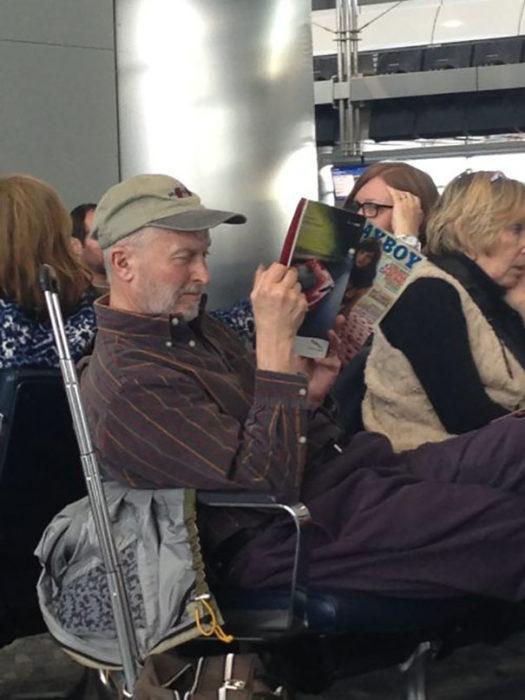 señor leyendo playboy en el aeropuerto