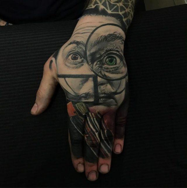salvador dalí tatuaje en la mano