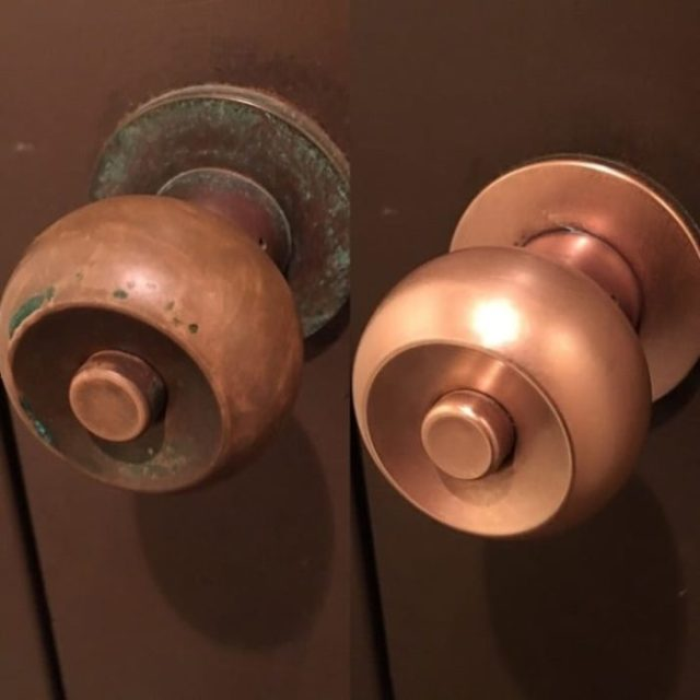 puerta cerradura bronce
