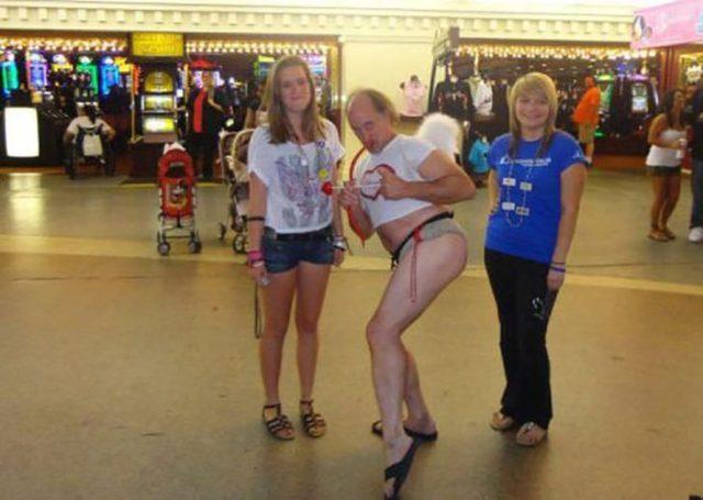 hombre vestido de cupido con 2 mujeres al lado