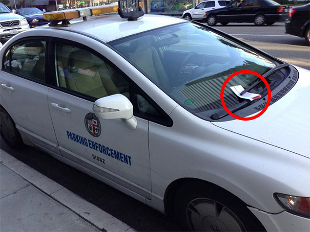 por estacionarse donde no debe