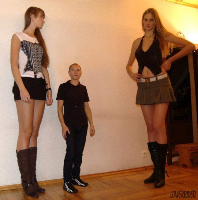 dos mujeres altas y un hombre bajito