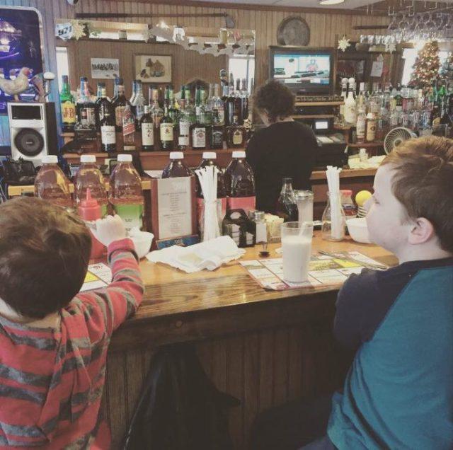 niños en un bar