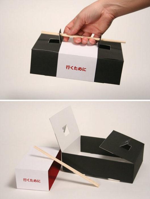 Caja de sushi con palillos cual empuñadura