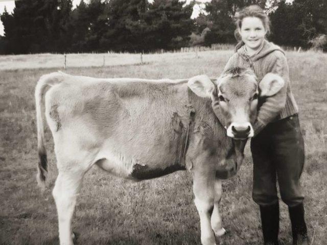 Foto antigua de niña y su vaca