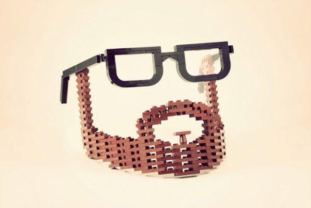Barba y gafas fabricados con legos