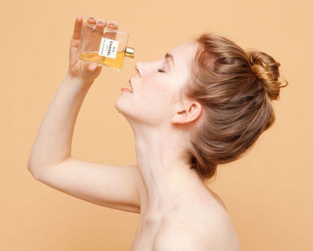 servir perfume cual licor