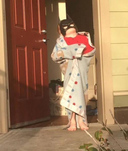 Niño con pijama y careta de batman