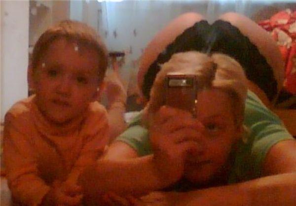 Mujer se jala selfie de su trasero mientras su hijo está al lado