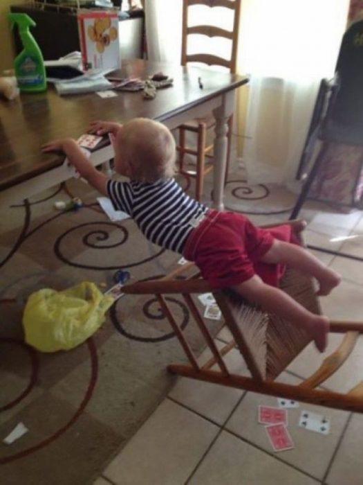 niño en el comedor se cae de la silla mas ésta a segundos de soltarse de la mesa