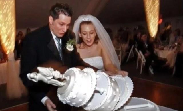 foto tomada a unos segundos de que el pastel de bodas caiga