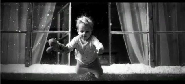 bebé saltando de la ventana