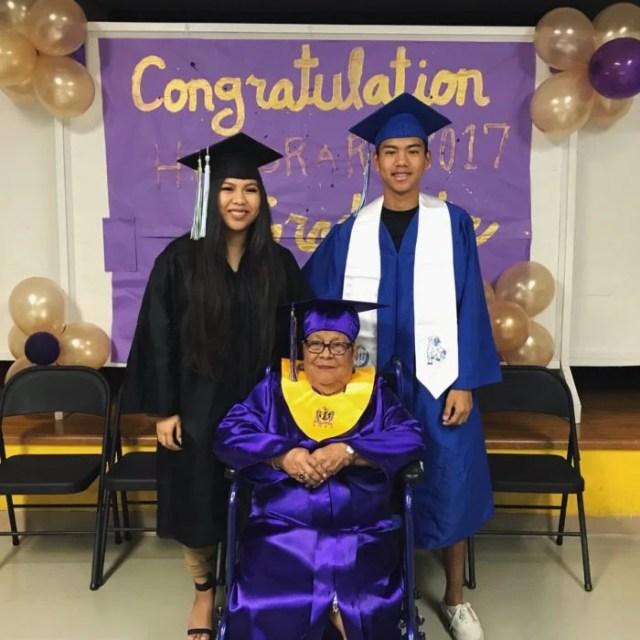 abuela diploma graduación