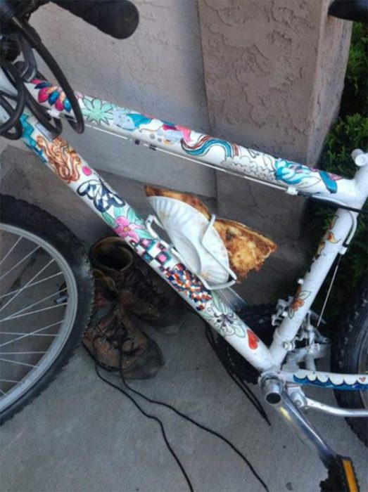 bicicleta que utiliza el portabotellas cual reposa pizza