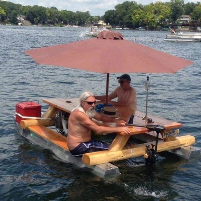 mesa usada de bote para navegar mientras comes y bebes