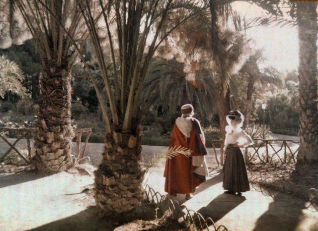 Fotografía vieja de 2 visitantes en un jardín de Argelia