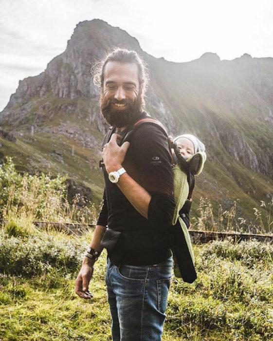 padre montañas explorar hijo bebé