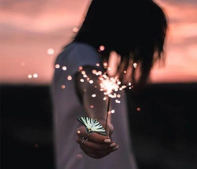 chica luces de bengala mariposa