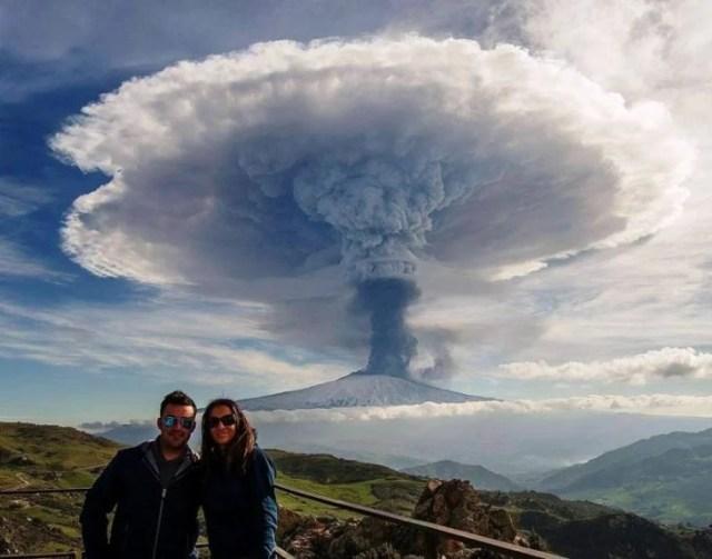 Fotografía en el instante que volcán explota