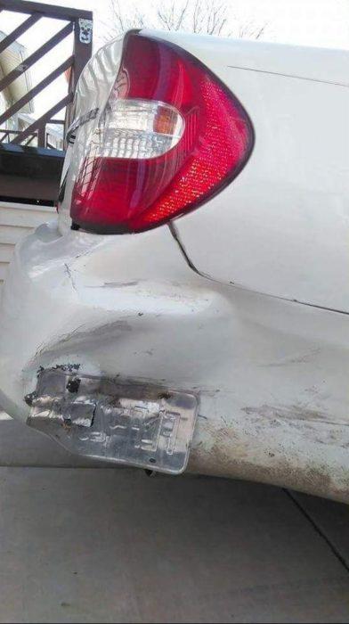 vehículo impactado con marca de las placas cual evidencia