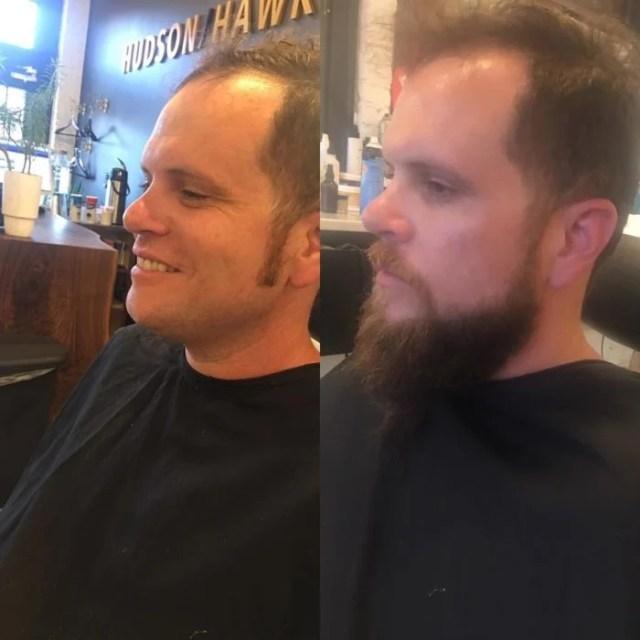 hombre va a una barbería a afeitar su barba