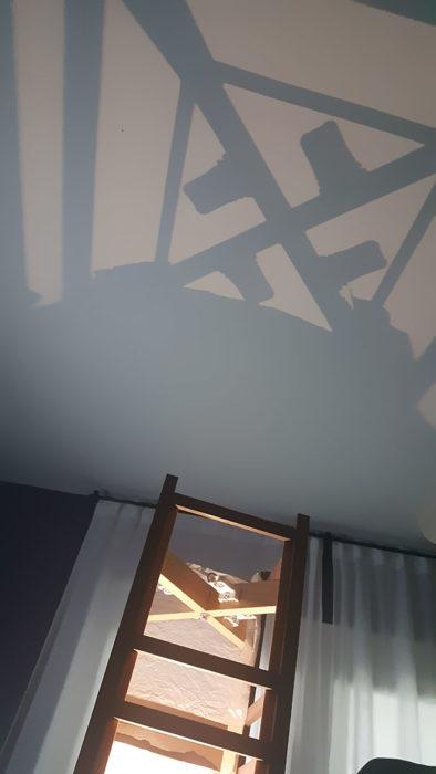 Sombra de la lámpara constituye una esvástica