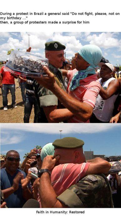 le regalan un pastel a un militar