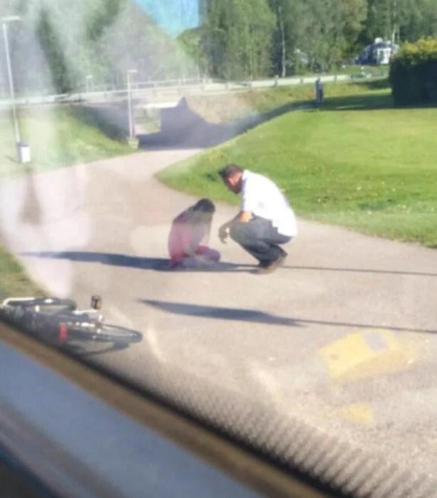 Hombre con niña que está llorando