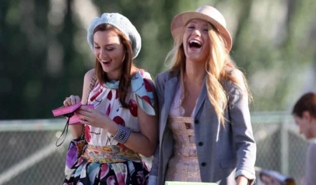 blake y su amiga riéndose