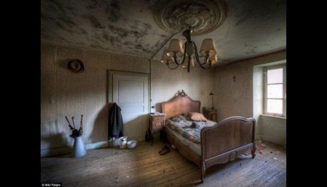 Casa abandonada con completamente todos los objetos intactos
