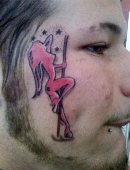 chico con tatuaje de pool dancer en su cara