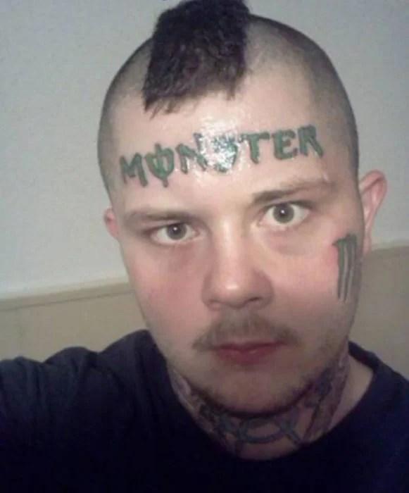 hombre con la marca monster tatuado en la cara