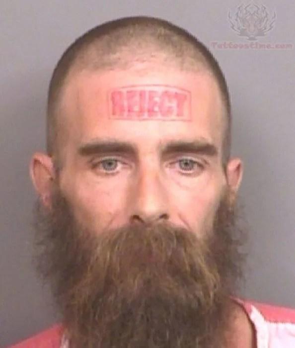 Tatuaje en la cara de que dice que esta rechazado