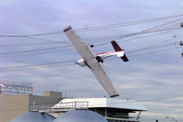 avioneta atorada en cableado