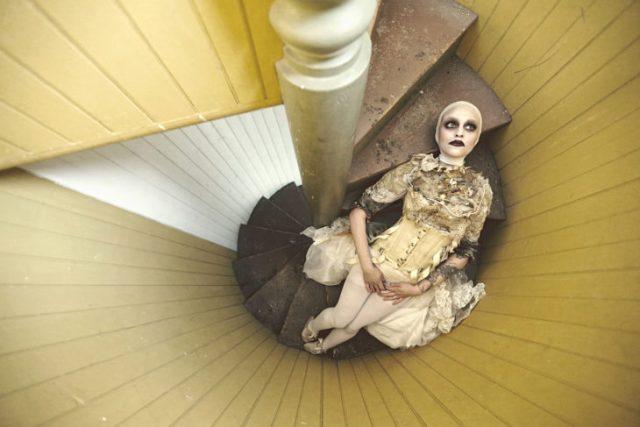 Abandonada en la escalera