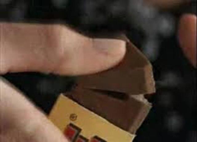 chocolate comer forma simple con un dedo