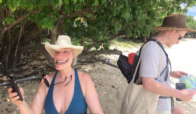mujer con sonrisa ajena por mala panoramica