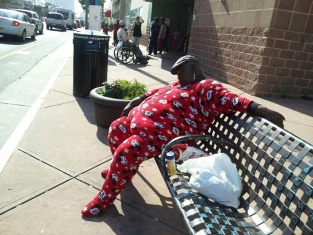 mujer sentada en una banca en pijama