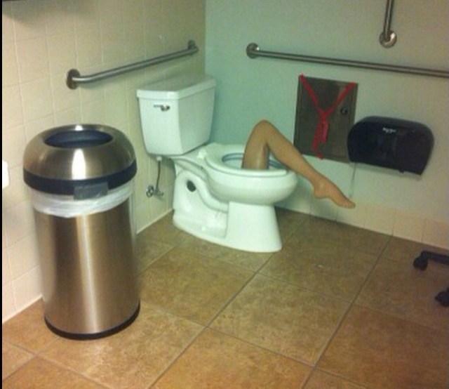 pierna de mujer en escusado