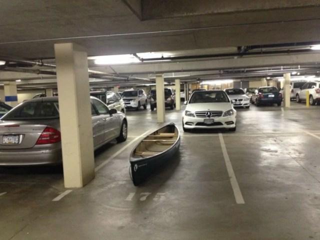 canoa en estacionamiento