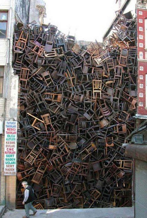terreno repleto de sillas