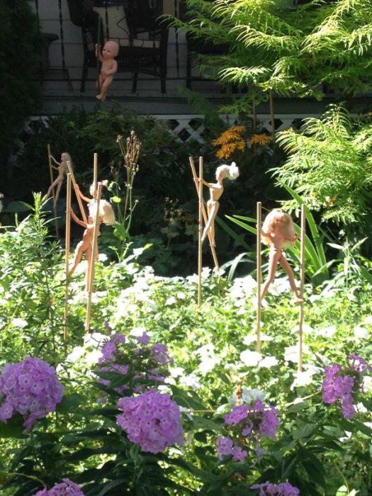 Barbies desnudas en el patio del vecino