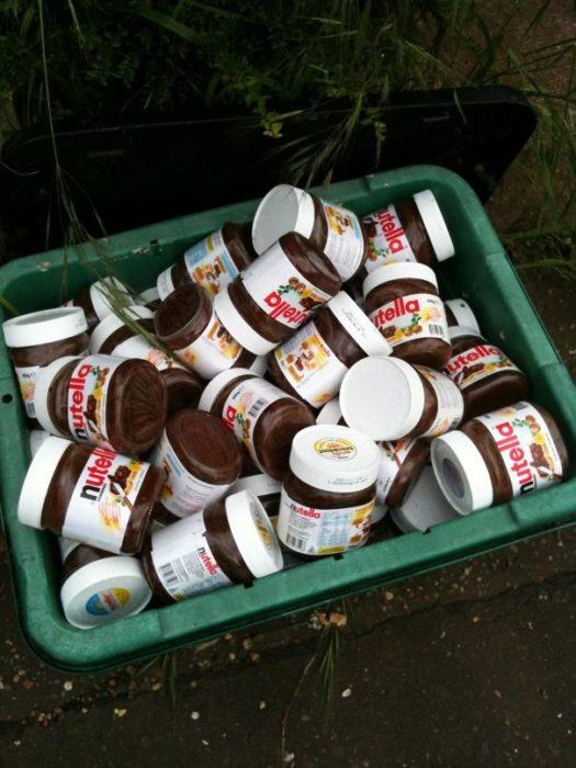 Bote de basura repleto de nutella