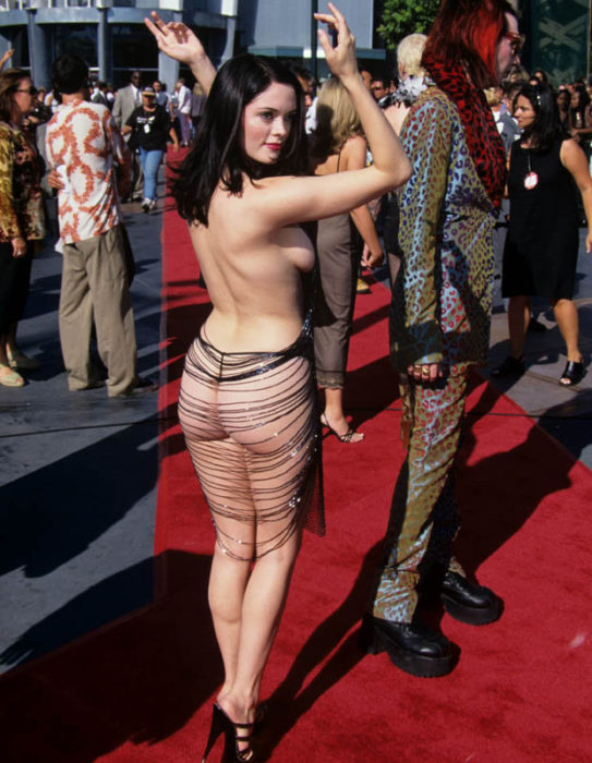 mujer semi desnuda vestido alfombra roja