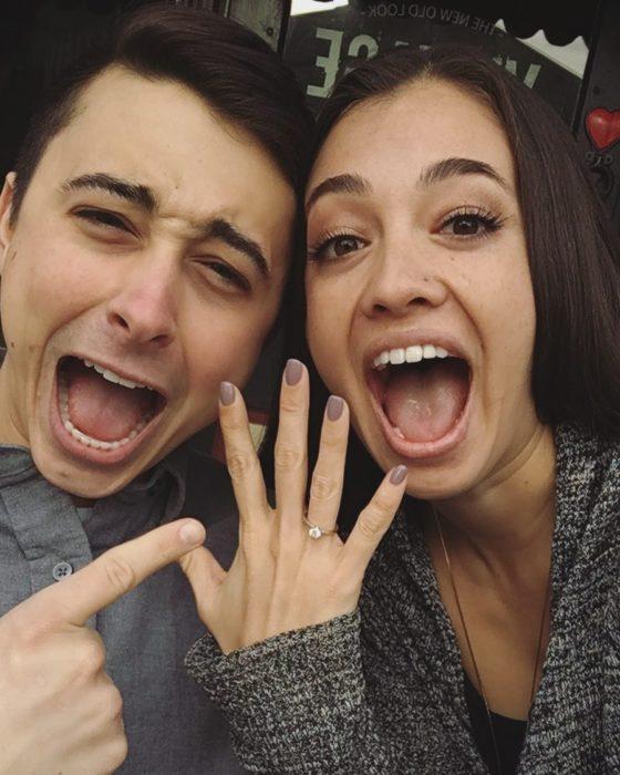 pareja anillo compromiso felices